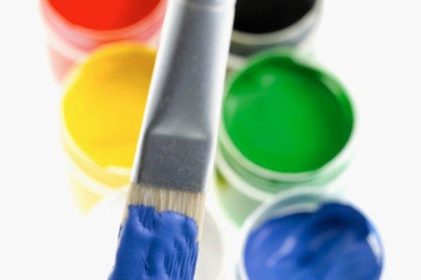 Mezclar dos colores primarios juntos ofrece más variedad en tu pintura.