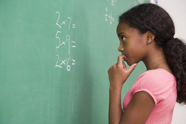 Estudiante a punto de aplicar la propiedad conmutativa en una multiplicación