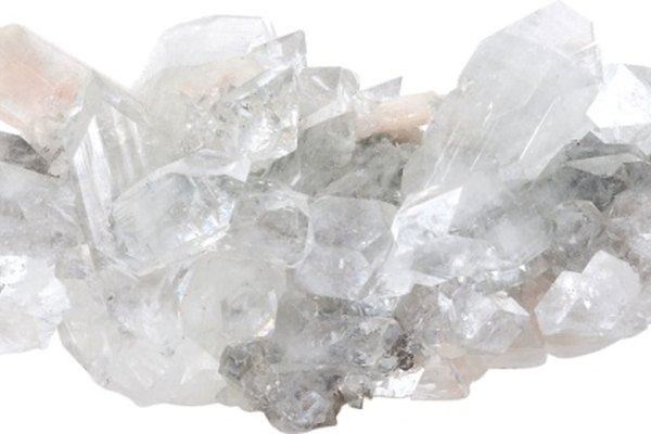 El cristal de cuarzo limpio es radiante y refleja la luz.