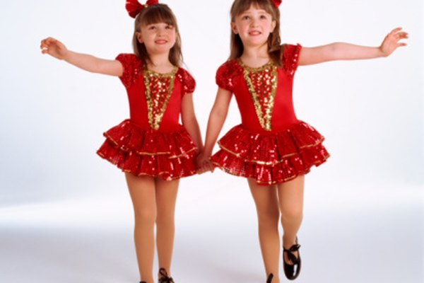 Las jóvenes bailarinas de tap disfrutan de la música de sus zapatos.