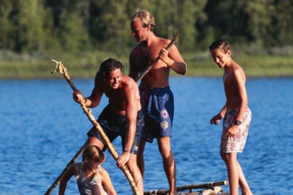 Los barriles vacíos y la madera son buenos materiales en cuanto a flotabilidad.