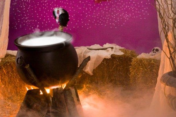 Crea tu propio caldero humeante con hielo seco y agua.