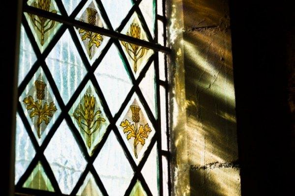 Crea arte del vitral o decora cristalería con pintura sobre vidrio.