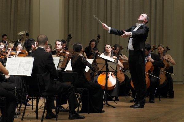 Una orquesta se compone de cuatro familias de instrumentos: instrumentos de viento, cuerdas, percusión y metales.