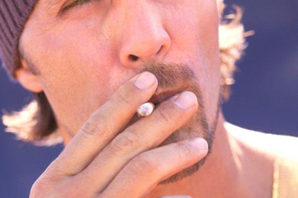 Algunos fumadores disfrutan enrollando sus propios cigarrillos.