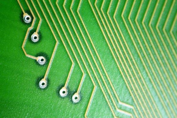 Las placas de circuito típicas muestran pistas y huecos con metal.