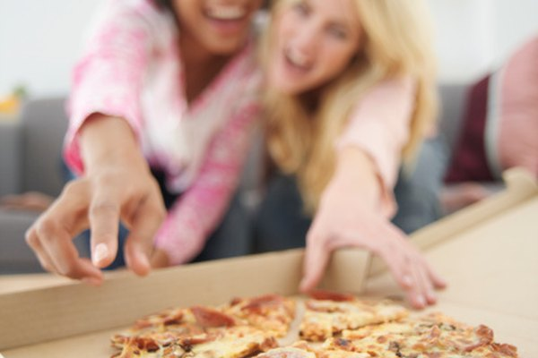 Haz una caja de pizza personalizada para una fiesta.
