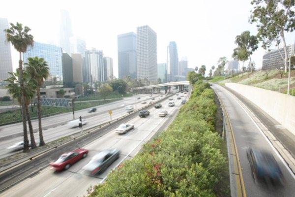 La velocidad promedio de un auto suele medirse en km/h.
