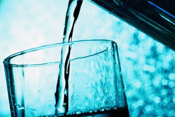 El agua se purifica a través de diversos procesos.