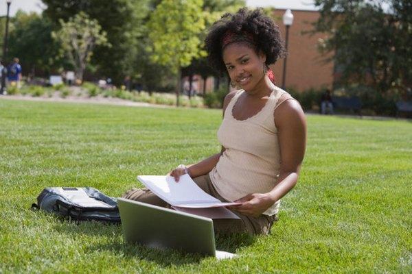 Los estudiantes universitarios a menudo trabajan en sus ensayos expositivos.