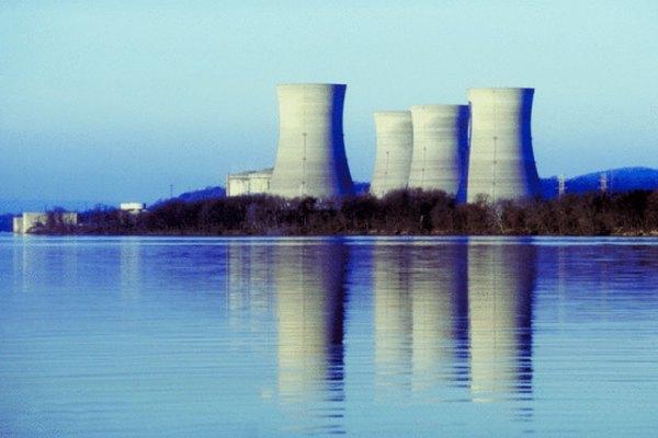 Estas torres de enfriamiento reducen la temperatura del agua para que sea igual a la del río.