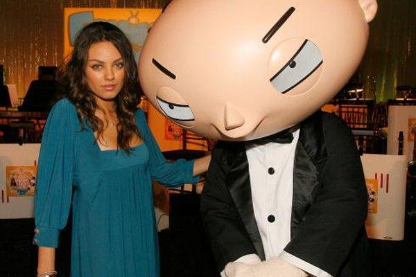 La actriz Mila Kunis con el personaje Stewie de