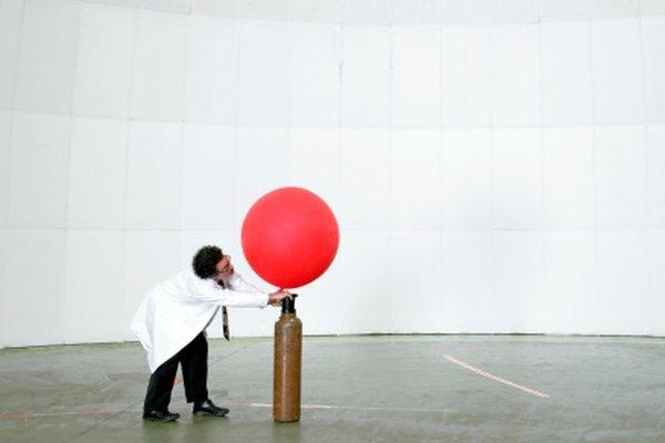 Agregar aire a un globo aumenta la presión, haciendo que eventualmente explote.