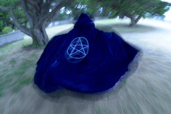 Los Wiccans suelen incorporar pentagramas y pentáculos en sus prácticas espirituales.