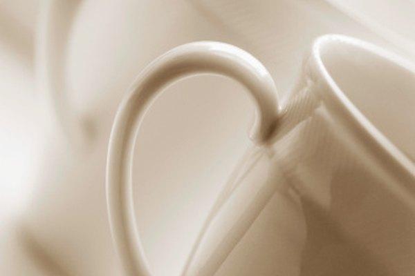 Las tazas de cerámica se hacen usando la técnica de colada de barbotina.