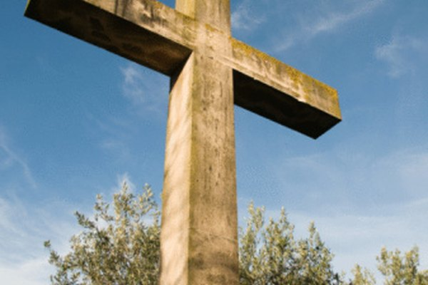 Una cruz de madera transmite aspectos históricos y simbólicos de la vida cristiana.