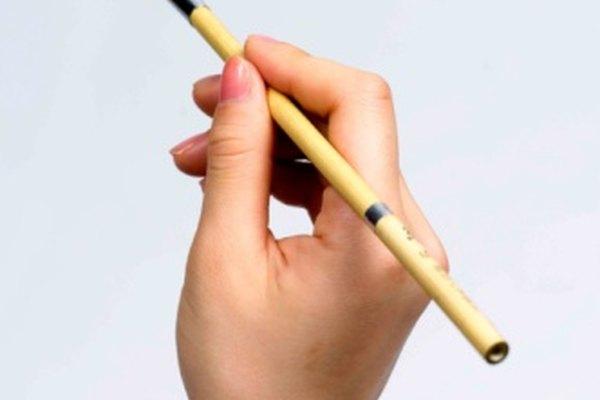 Los pinceles pequeños ofrecen control preciso al pintar tu cascada.