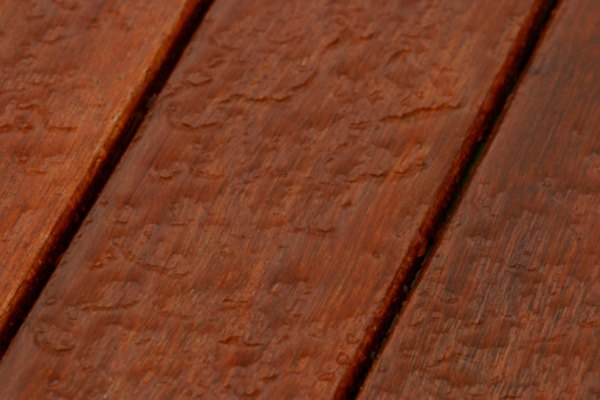 Las gotas de agua son una señal de madera sellada.