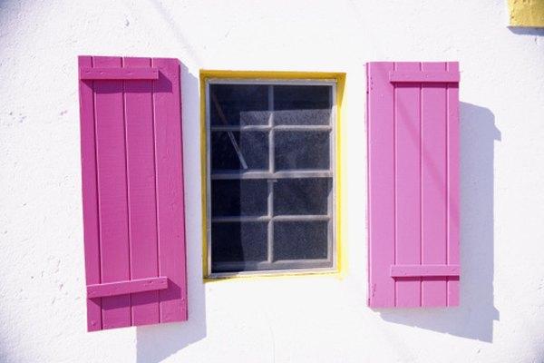 Las persianas de listón tienen un diseño más simple que las contraventanas con persianas.