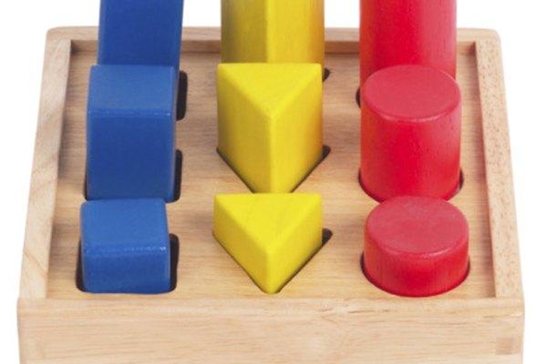 Los cubos y prismas son poliédricos. Los cilindros son no poliédricos.