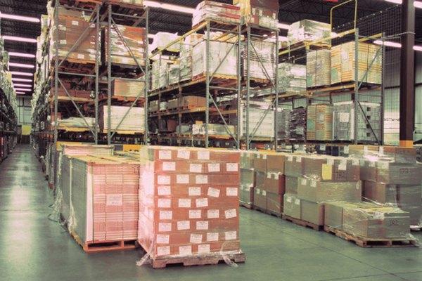 A veces las cajas se ponen en estantes de almacenaje para moverlas con más facilidad.
