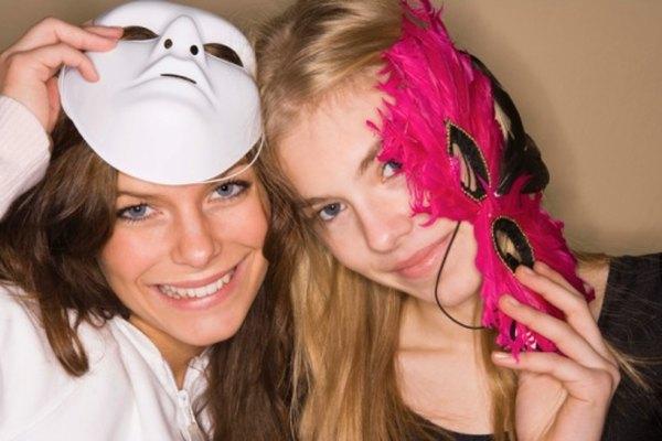 Cuando no estás usando máscaras, colgarlas puede convertirlas en excelentes accesorios decorativos.