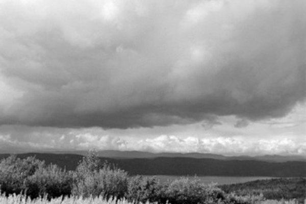 Las tormentas de verano traen precipitación necesaria para los pastizales, pero a menudo causan incendios.