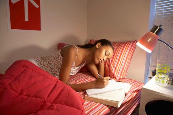 En lugar de tener miedo a una madrugada de estudio, incorpora maneras divertidas y creativas para permanecer despierto.