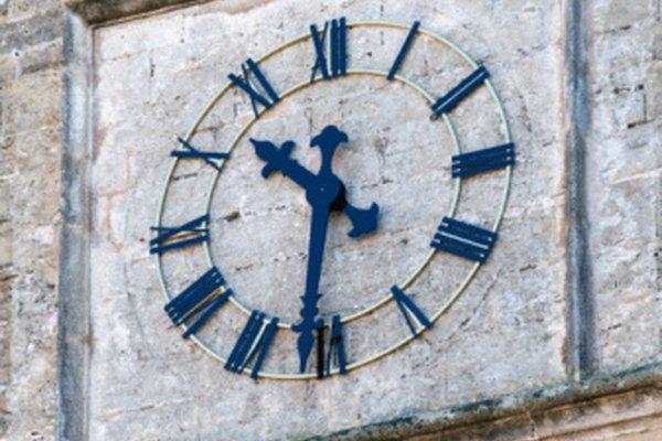 Los relojes antiguos usualmente muestran la hora con números romanos.
