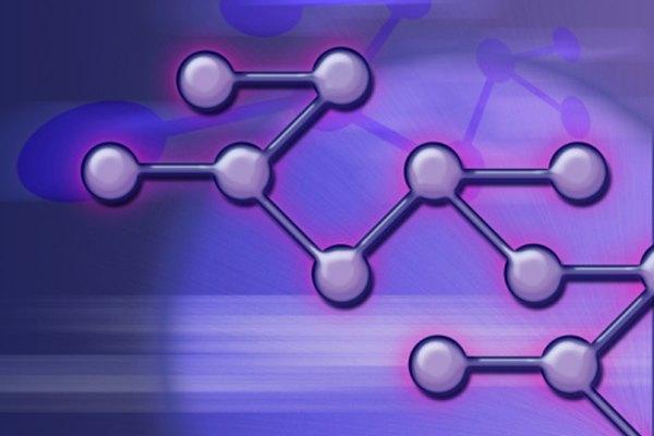 Las moléculas de agua rodean y separan los compuestos iónicos, disolviéndolos.