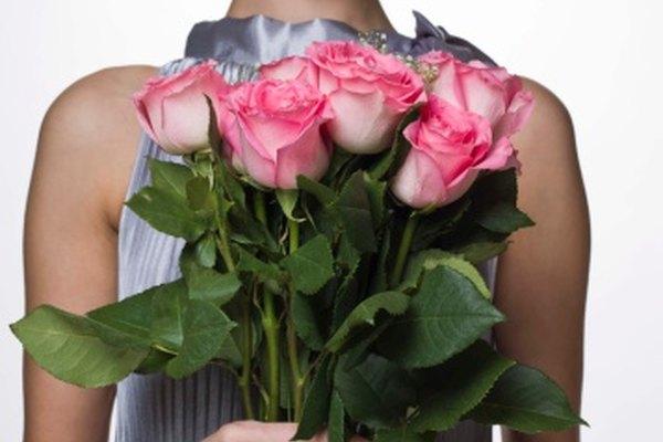 Conserva las rosas de una ocasión especial usando el método de prensado.