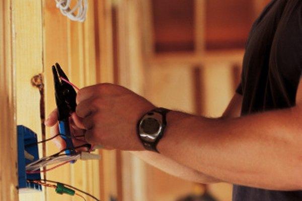 Cómo conectar un interruptor de luz trifásica.