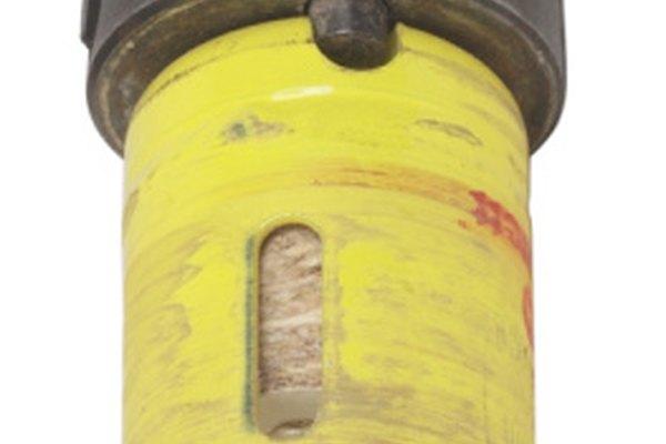 Las sierras de agujeros taladran de manera limpia a través de los tanques de plástico