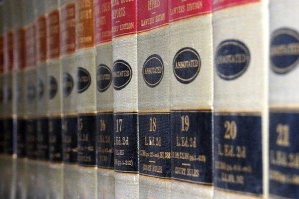 Lla gente usa las enciclopedias para buscar información acerca de temas variados.