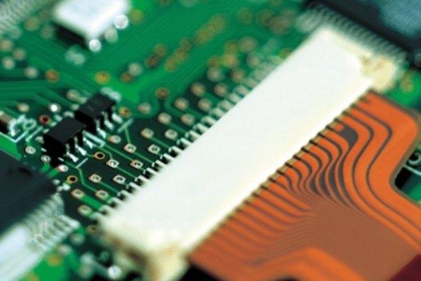 El voltaje en un circuito RC es controlado por la constante de tiempo RC.