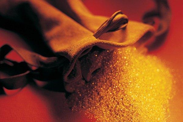 Usa un imán para separar el polvillo de oro de la arena negra.