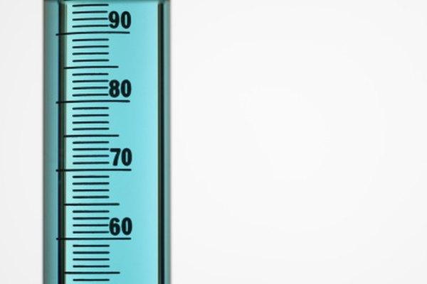 Calcula el volumen de los objetos de forma irregular usando el método de desplazamiento de agua.