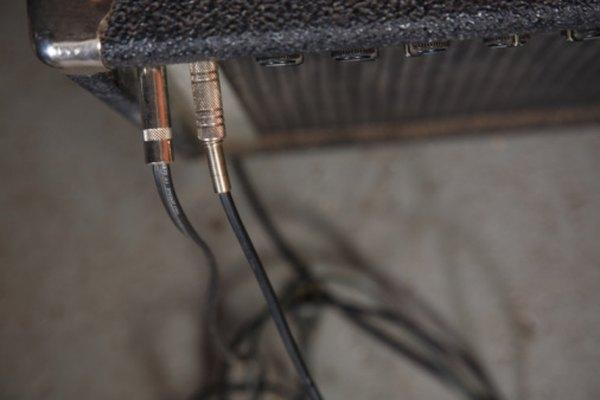Conecta el amplificador a otros dispositivos usando la salida de línea.