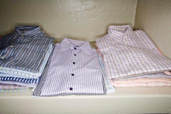 Se necesitan muchas máquinas para diseñar estas camisas abotonadas.