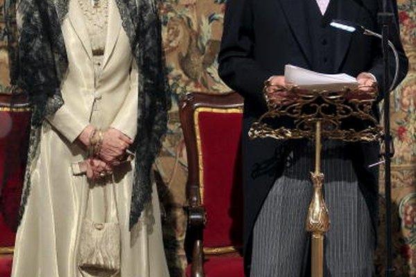 La Reina de España con una larga mantilla triangular de encaje sobe una peineta.