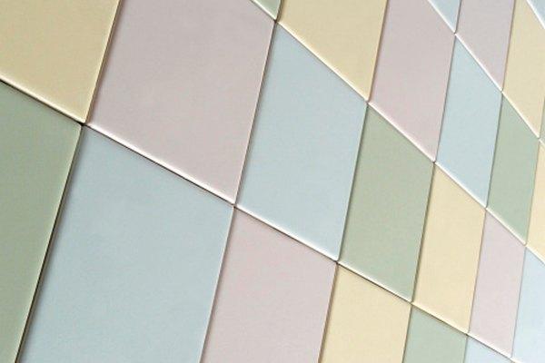 Se pueden pintar las baldosas de cerámica esmaltada para que combinen con tu decoración.