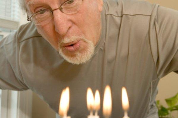En las fiestas de cumpleaños pueden aparecer objetos que representan diferentes periodos de tu vida.