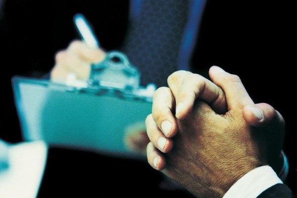 La investigación sociológica a menudo implica la realización de entrevistas y encuestas.