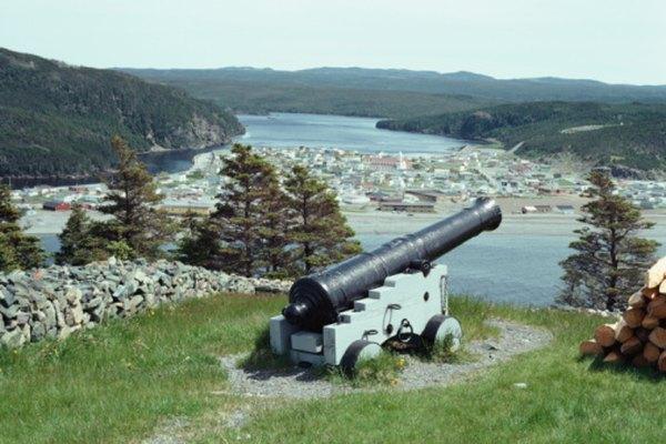 Las cuadráticas se pueden utilizar para predecir la trayectoria de balas de cañón.