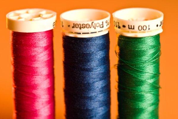 Escoger el hilo de coser adecuado ayuda a hacer la costura más fácil.