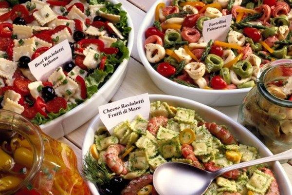 Una variedad de ensaladas es una adición colorida a cualquier almuerzo de negocios.