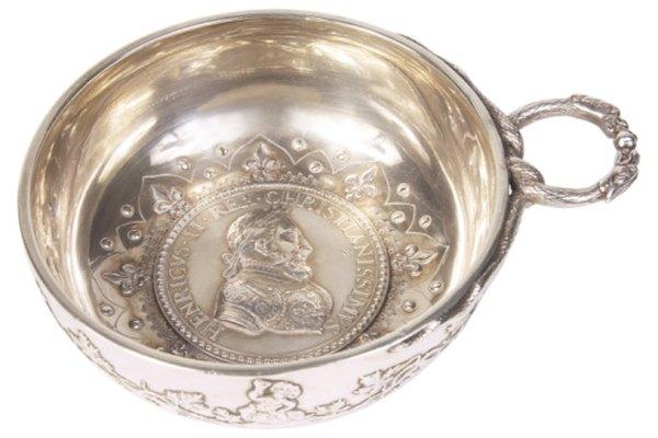 Las antiguas piezas de plata de ley con frecuencia conmemoran personajes históricos o eventos.