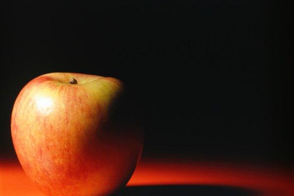 Pinta la sombra de la manzana sobre la mesa, aunque quizás no tan dramáticamente como se muestra en esta imagen.