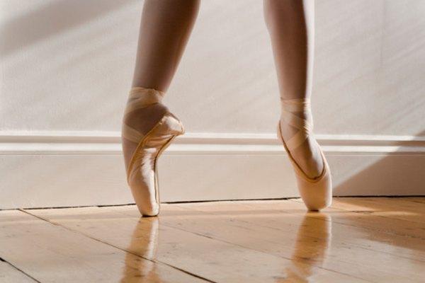 Los bailarines de ballet le prestan mucha atención a sus pies.