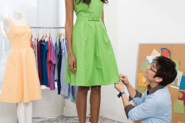 En un vestido de alta costura, cose el dobladillo al subrayado.